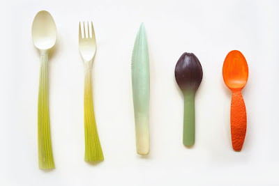 Simpáticos cubiertos y utensilios de cocina.