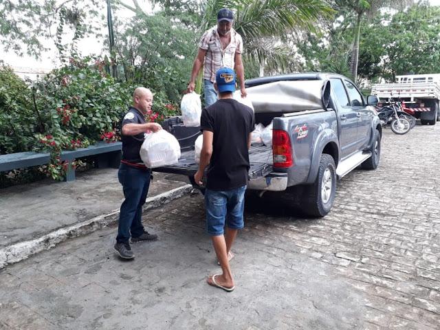 Sindpol entrega cestas básicas às famílias desalojadas de Santana do Ipanema