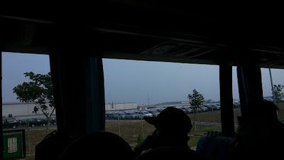Memandang area pabrik mobil dari dalam bis