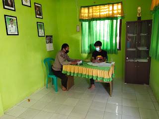 Bhabinkamtibmas Polsek Baraka Polres Enrekang Kunjungi Posko Covid 19 di Desa Potokullin