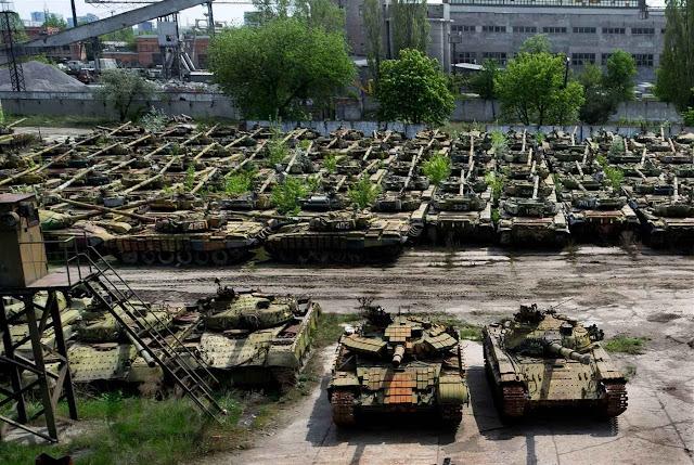 Tanques soviéticos para serem modernizados a perder de vista.Acabaram esquecidos na Ucrânia.