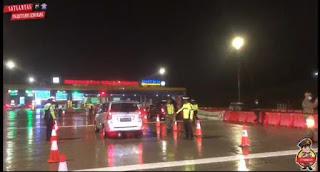 Meski di Guyur Hujan Petugas Tetap Laksanakan Penyekatan di Tol Kalikangkung