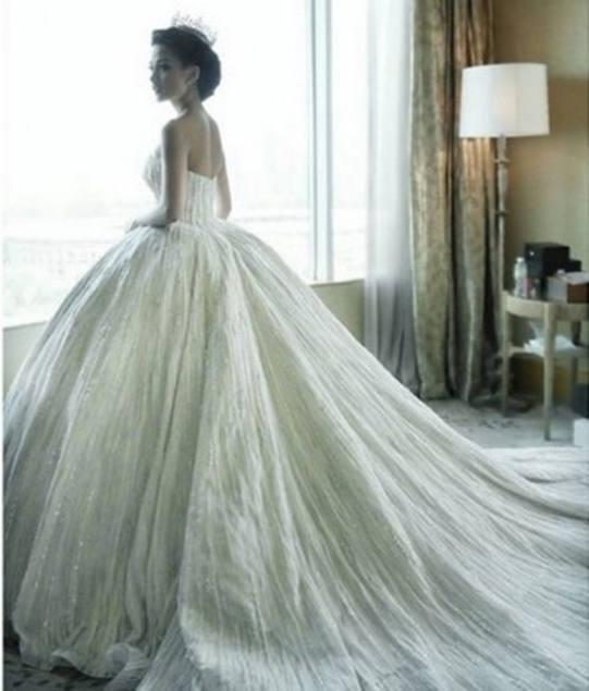 Gaun pengantin rancangan desainer Hian Tjen yang dikenakan Chelsea Olivia saat resepsi pernikahan. - 3 Desain Perancang Gaun Pengantin Chelsea Olivia dan Glen Alinskie Termewah Didunia