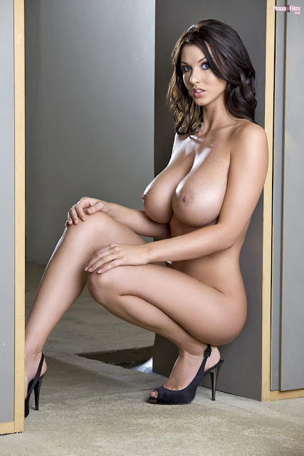 Alice Goodwin complete naked on high heels