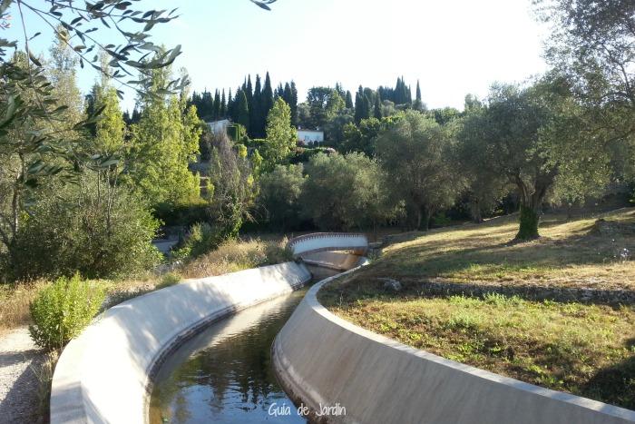 El canal suministra agua a las villas de la zona