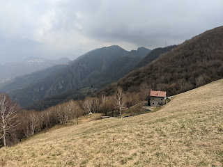 Canto Basso on trail 533 heading to Monte di Nese.