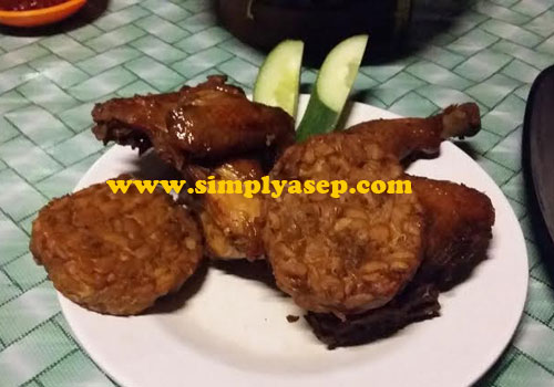 Bacem Tempe and Fried Chicken. Photo of Asep Haryono