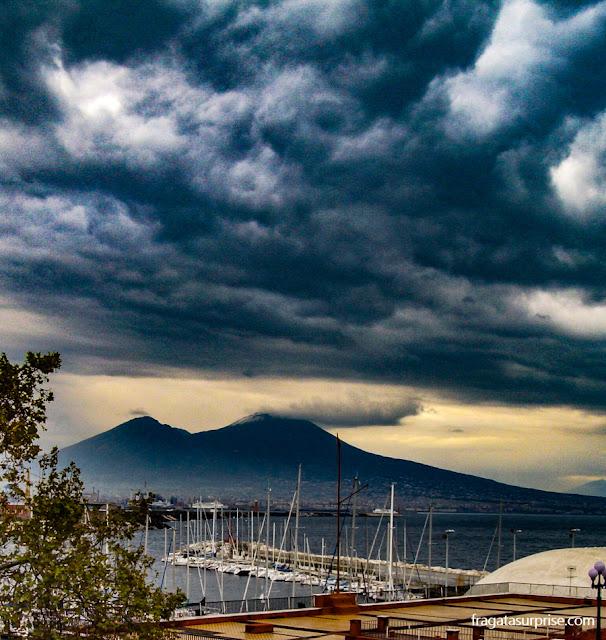 O céu de inverno sobre o Vesúvio, em Nápoles