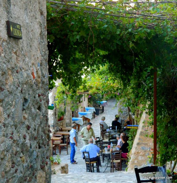 Café ao ar livre em Monemvasia, Grécia