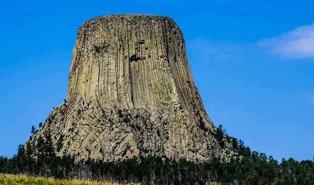 """""""Devil's Tower"""" in the US where very few people dare to climb even less than 300m high"""