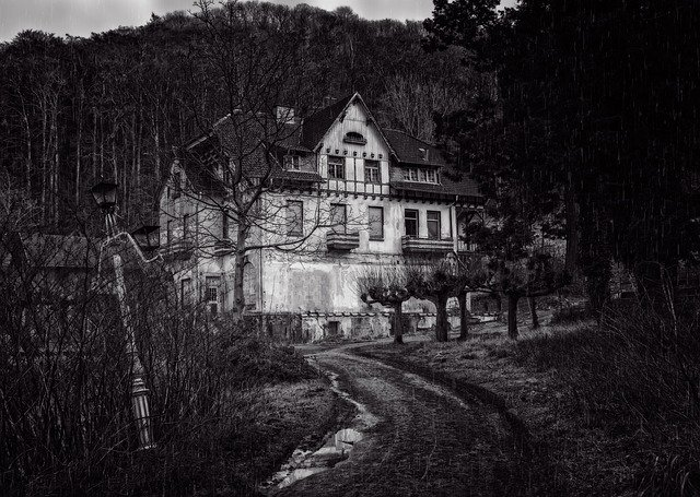 The 12 Scariest Haunted Houses in the US and The Stories Behind Them