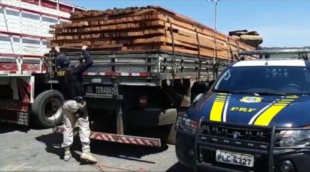 PRF apreende 17,54m³ de madeira ilegal na BR-242, em Barreiras