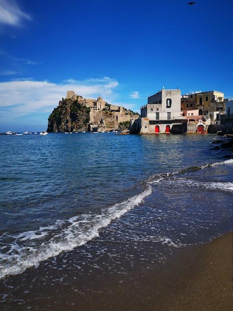 Il castello Aragonese dalla spaiggia