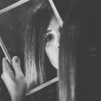 Imagem ilustrativa de creepypasta, garota se olhando no espelho, ilustração de um conto de terror