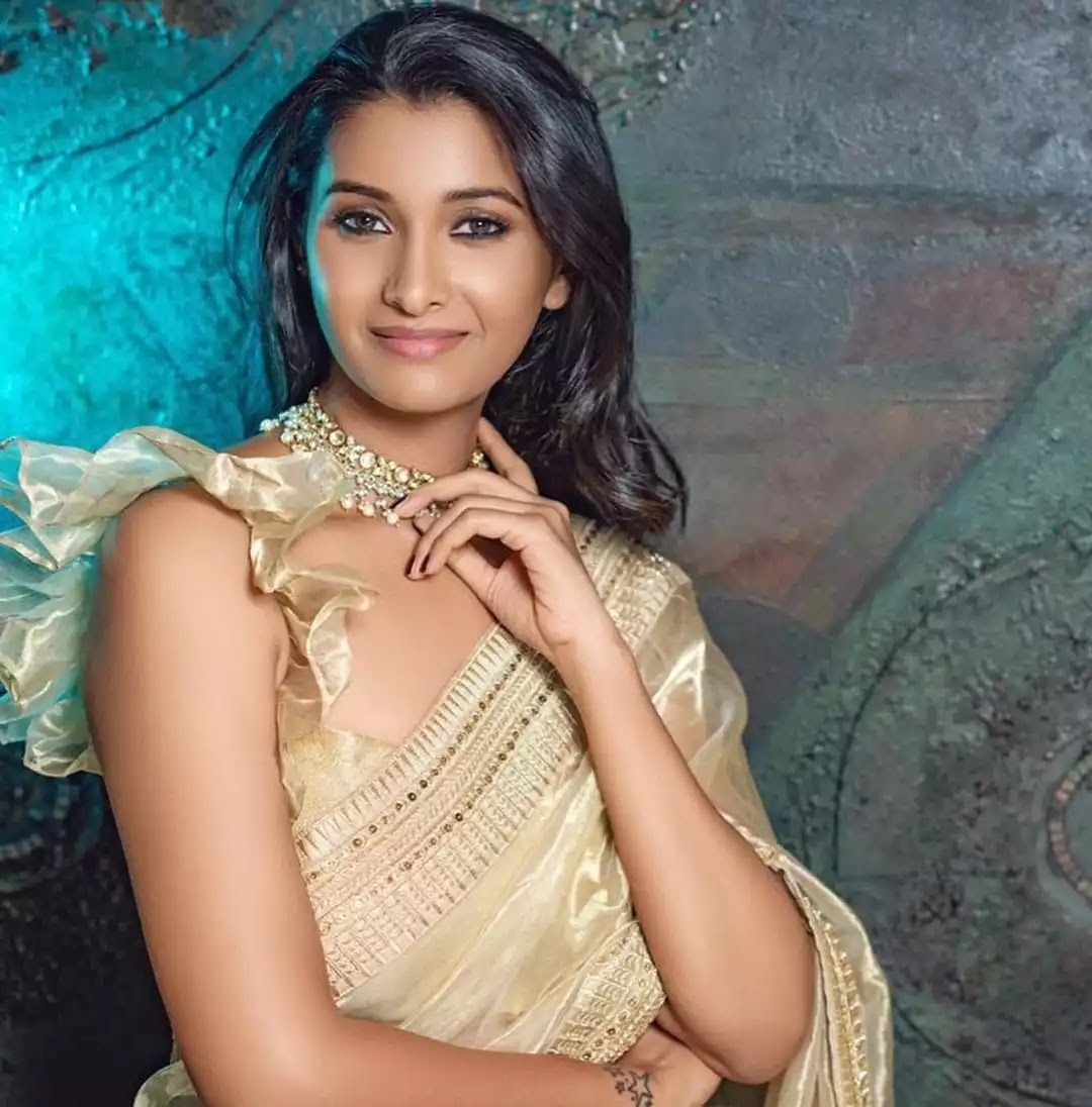 priya-bhavani-shankar-in-gold-organza-saree