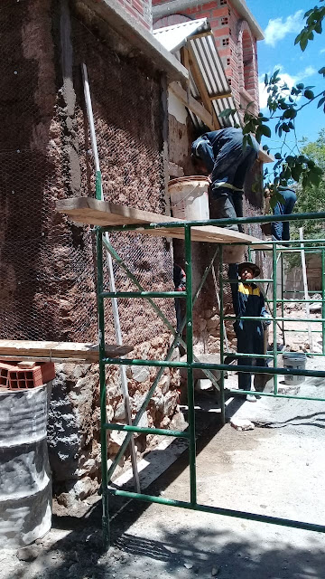Die Arbeiten gehen gut voran jetzt sind wir am neu verputzen der Front der Kapelle in Zapatera.