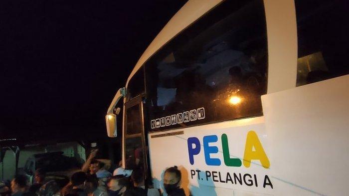 Bus Pelangi saat digerebek petugas (Foto: Kompas.com)