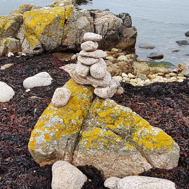 Wandern auf Bornholm: Rund um Hammerknuden. Als Familie haben wir an diesem Strand auch einen Steinturm gebaut.