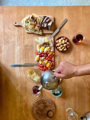 Tisch mit Esswaren und Tee in der Draufsicht