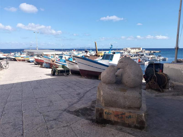 statua foca monaca nel porto di Marettimo
