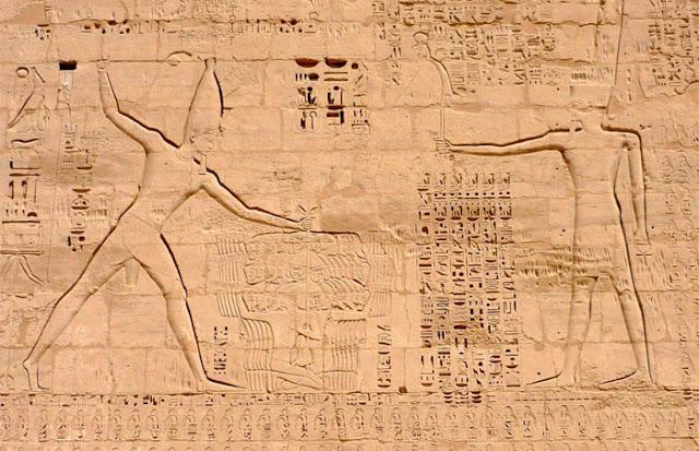 Ramsés III, conquistando inimigos, e o deus Amon