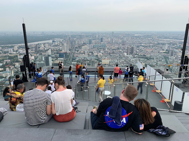 Macie ochotę na Nowy Jork w Bangkoku w wersji azjatyckiej? King Power MahaNakhon Skywalk to najwyżej położony taras widokowy, który naprawdę warto odwiedzić podczas pobytu w stolicy Tajlandii. Jaka jest cena biletu i jakie atrakcje tu na Was czekają?