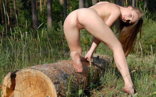 Обнаженная, молоденькая, девушка, волосы, спина, попа, пися, ножки, поза, дерево, трава, лес, природа