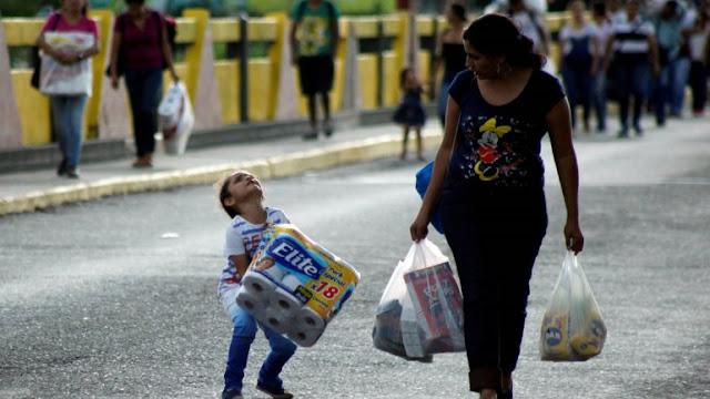 Mujeres venezolanas venden su cabello en Cúcuta para darle de comer a sus hijos