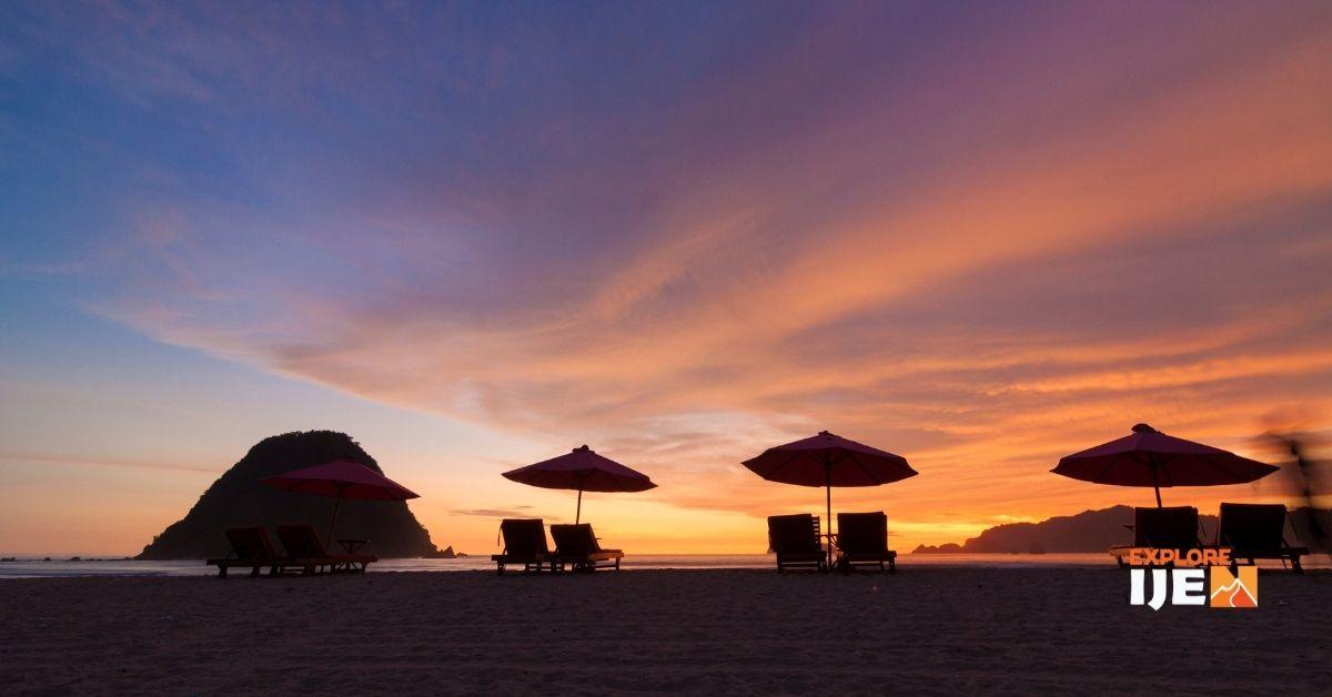 beragam aktivitas wisata bahari di pantai pulau merah