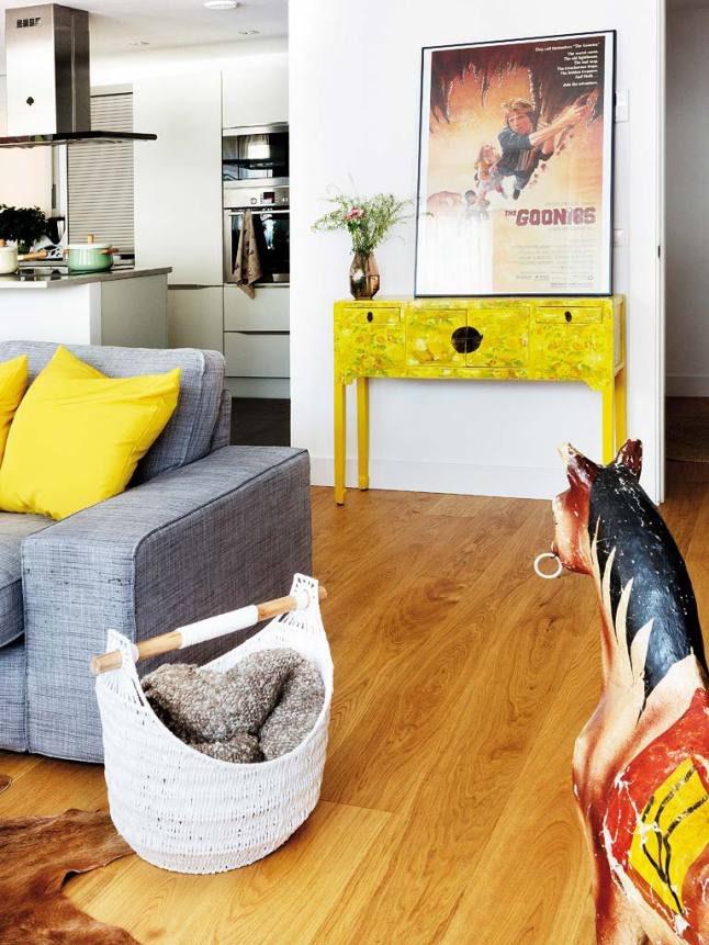Casa nórdica mediterránea- mueble auxiliar amarillo