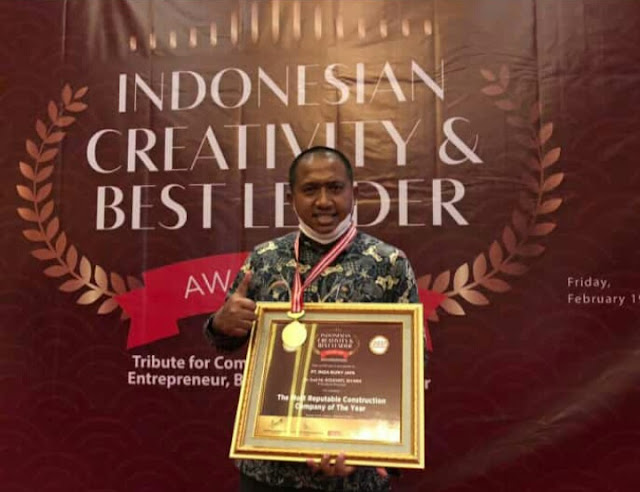 Hj Rizayati Terima Penghargaan Indonesian Creativity and Best Leader Award 2021