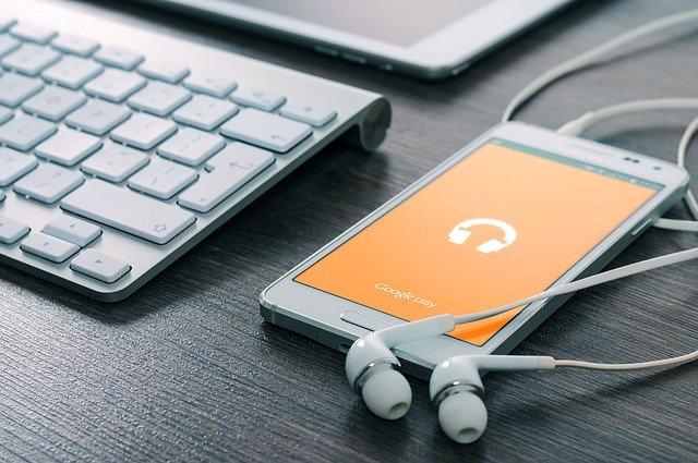 headset yang tercolok disebuah smartphone
