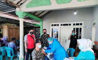 Serda Muhammad Junedi Dan Brigadir Kepala Yayang R Dampingi Bidan Laksanakan Vaksinasi Massal Desa Kelet