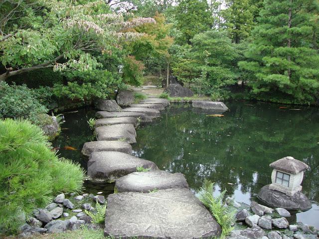 pietre che formano un sentiero sullo specchio d'acqua