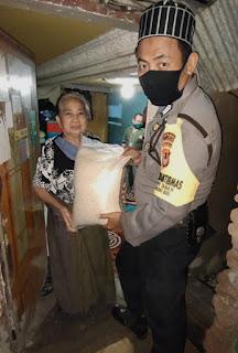 Bhabinkamtibmas Pattingalloang Baru Distribusikan Bantuan Beras Mabes Polri