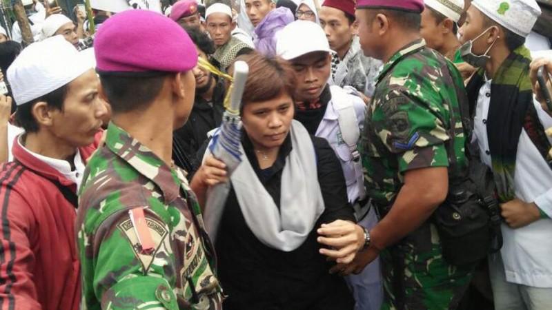 Desi Fitriani diamankan petugas keamanan dari pemukulan