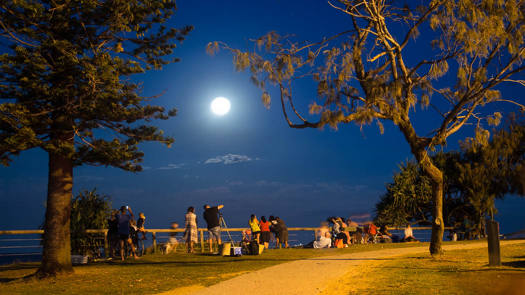 Crowds photographing the Super Moon over Moffat Beach