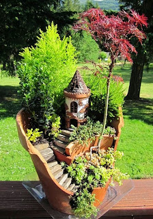 http://www.manualidadesconreciclado.com/2014/09/casas-hadas-jardin-reciclar-macetas-rotas.html