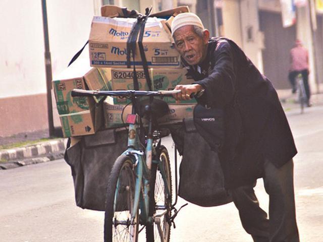 Kisah Kakek 103 Tahun Dorong Sepeda Ontel untuk Mengais Rezeki