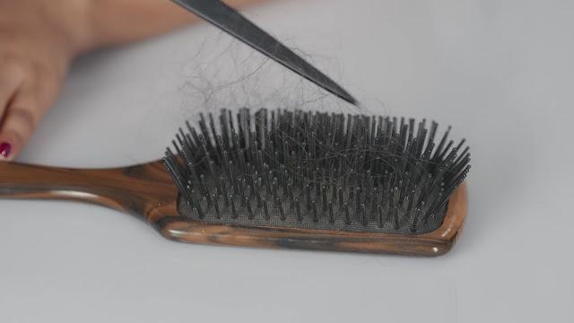 أداة تستخدمها بشكل يومي ربما تكون هي سبب تعاسة الشعر لديك.{featured}