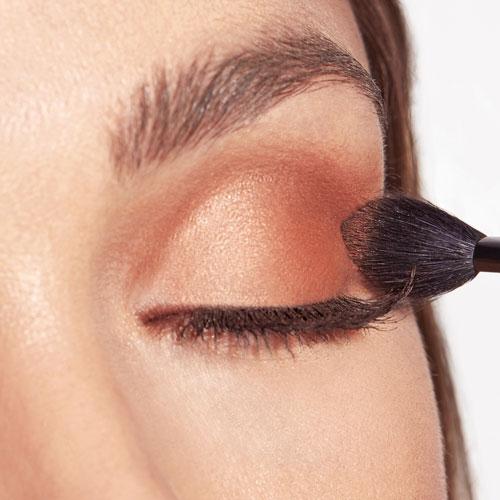 Cómo maquillar ojos cansados con sombras