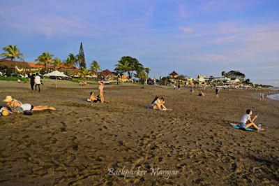 Menikmati suasana Pantai Batu Belig yang tenang
