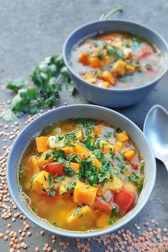 Orientalna Zupa Dyniowa Z Pomidorami I Czerwona Soczewica
