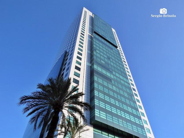 Perspectiva inferior das fachadas do moderno Edifício Eldorado Business Tower - Pinheiros - São Paulo