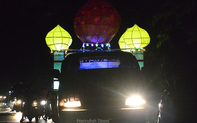 Mobil hias membentuk masjid dari kampung Jelamun
