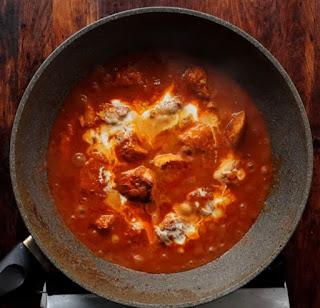 FInishing the chicken tikka gravy