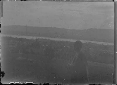 Frau mit Zürich im Hintergrund - um 1910-1920
