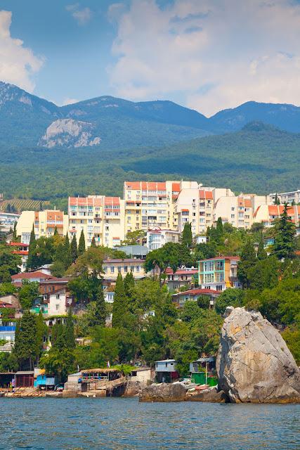 Вид на город Гурзуф в Крыму, Черное море .