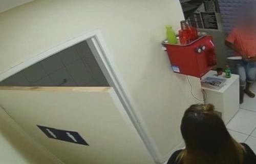 VÍDEO: Homem armado com faca tranca vendedoras em banheiro e rouba loja