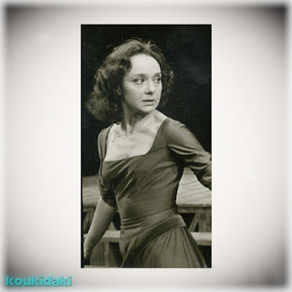 Η Μάγια Λυμπεροπούλου στην παράσταση «Το ημέρωμα της στρίγγλας» (του Ουίλιαμ Σαίξπηρ, Κρατικό Θέατρο Βορείου Ελλάδος, 1978)